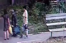 Две женщины напали на 80-летнюю старушку из-за сумок с продуктами