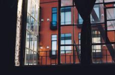 В шаге от гибели. В Пензе двое детей стояли на подоконнике седьмого этажа