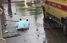 В Пензе, сорвавшись со скользкой крыши, погиб рабочий. ВИДЕО