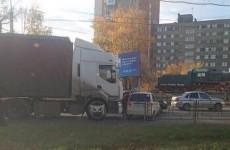 Жесткое ДТП возле пензенского автовокзала: легковушка столкнулась с фурой