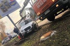 Жесткое ДТП в Пензе: покореженную иномарку выбросило с дороги