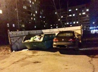 «Вот мусорщики удивятся». Пензенцы обсуждают водителя, припарковавшегося на помойке