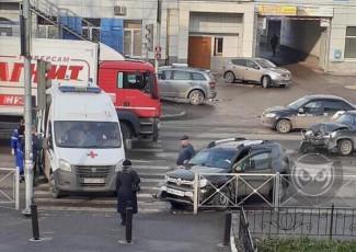 На Южной поляне в Пензе жестко столкнулись две машины: на месте работает «скорая»