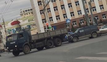 В центре Пензы иномарка влетела под грузовик