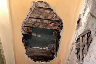 Обнародованы фото с места обрушения потолка в жилом доме Пензы
