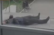 Мужчину с приступом оставили лежать по дверью поликлиники