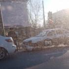 В Пензе после жесткого столкновения легковушка осталась без бампера