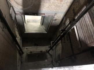 Появились фото с места падения жителя Пензенской области в шахту лифта