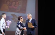 Пензенский губернатор наградил медалями многодетных матерей