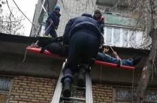 На улице Ухтомского в Пензе с балкона пятого этажа выпал мужчина