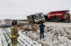 Жуткое ДТП в Пензенской области: на трассе легковушка столкнулась с автобусом
