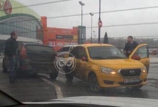 В Пензе водитель иномарки устроил аварию на парковке торгового центра