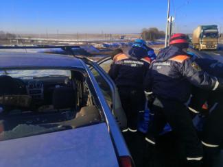После ДТП под Пензой спасатели вытащили из машины раненого мужчину