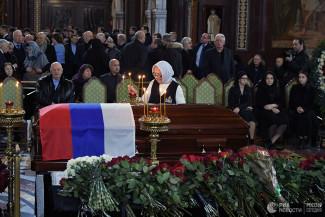 Стало известно, почему закрыли гроб во время прощания с Лужковым