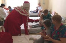 В Пензе Дед Мороз пришел с подарками в детскую больницу