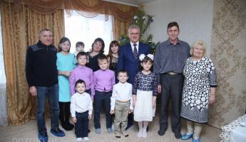 Пензенский губернатор подарил микроавтобус многодетной семье