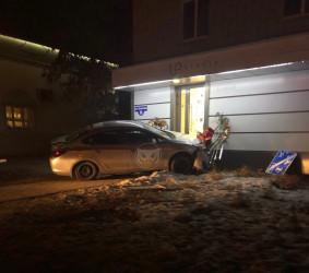 Ужас в центре Пензы. Водитель сбил девушку и протаранил крыльцо магазина
