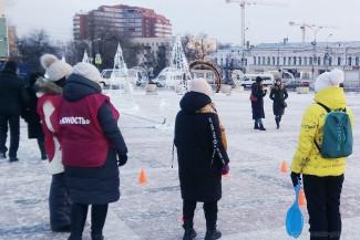 Пензенцы заплели двухметровую косу на площади Ленина