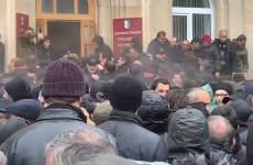 Протестующая толпа захватила здание администрации президента