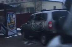 В Пензе «Нива» снесла дорожный знак и чуть не въехала в остановку. ВИДЕО