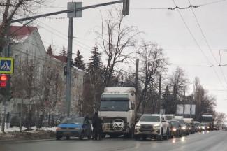 На одной из пензенских улиц грузовик влетел в легковушку