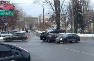На улице Калинина в Пензе жестко столкнулись две легковушки