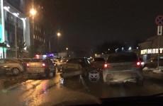 «Объезжаем по бордюрам». В Пензе столкнувшиеся машины перекрыли дорогу