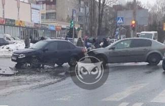 В Пензе на улице Аустрина разбились два автомобиля