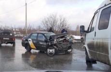 В жесткой аварии в Пензе изуродовало машину «Яндекс.Такси»