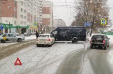 В центре Пензы автомобиль «Яндекс.Такси» влетел в «ГАЗель»