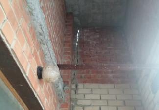 «Через пару лет все упадёт». Пензенец рассказал об огромной дыре в стене жилого дома