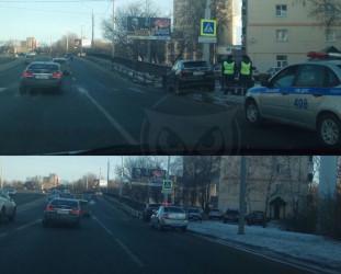 В Пензе возле ТЦ «Суворовский» впечаталась в отбойник дорогая иномарка