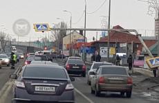 «Объезжайте по встречке». В Пензе «КамАЗ» снес дорожный знак