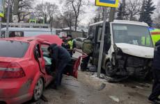 Опубликованы новые фото с места страшной аварии с маршруткой в Пензе