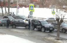 В центре Пензы попали в аварию два внедорожника