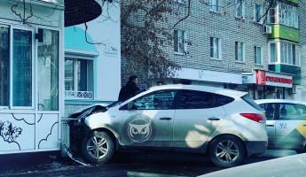 В центре Пензы иномарка протаранила здание
