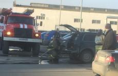 В Пензе на парковке возле торгового центра вспыхнула «Нива»