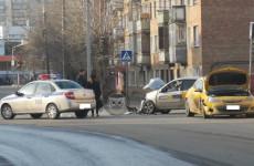 В Пензе на улице Металлистов «лоб в лоб» столкнулись такси и Opel