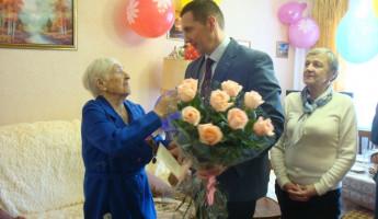 В Пензе поздравили со 100-летием ветерана труда Клавдию Корнееву