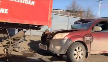 Жесткое ДТП в Пензе: иномарка влетела в фуру. ВИДЕО