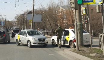 В центре Пензы столкнулись две машины «Яндекс.Такси»