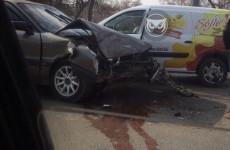 На улице Лазо в Пензе в жестком ДТП изуродовало иномарку