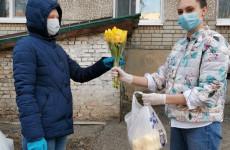Пензенские волонтеры удивили пенсионерку в ее день рождения