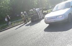 На проспекте Строителей в Пензе опрокинулась машина. ФОТО