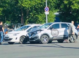 В пензенской Терновке жестко столкнулись две иномарки. ФОТО