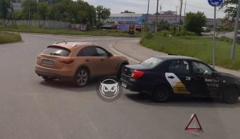 На улице Строителей в Пензе машина «Яндекс.Такси» попала в ДТП