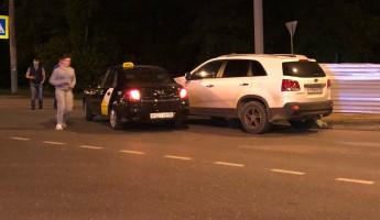 В Пензе на пустой дороге машина «Яндекс.Такси» влетела в иномарку