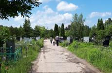 Нарушая запреты. В Пензенской области на кладбище ходят поодиночке