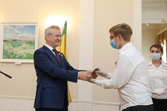 Иван Белозерцев вручил юным пензенцам их первые паспорта