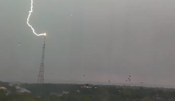 В Пензе зафиксировали бьющую в телевышку молнию